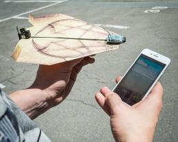 aereo di carta telecomandato con smartphone, idee regalo tecnologiche, regalo bambino