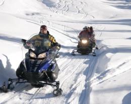 regalo giro in motoslitta e soggiorno, regali per lui sulla neve, regalo introvabile per uomo
