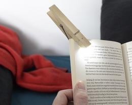 luce da lettura a forma di molletta, regali per lui che ama leggere