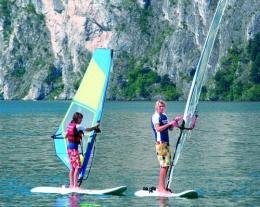 corsi di windsurf, regali per lui, idee regalo per chi ama lo sport